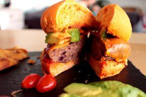 Burger au chili con carne ouvert