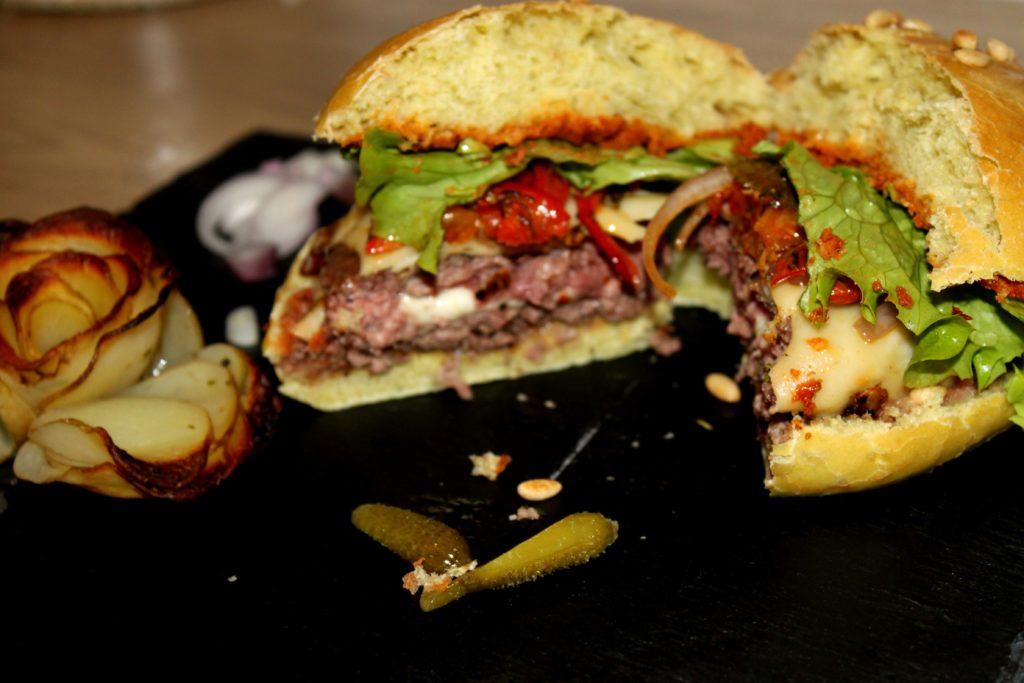 Burger tomate mozzarella basilic ouvert avec coeur fondant