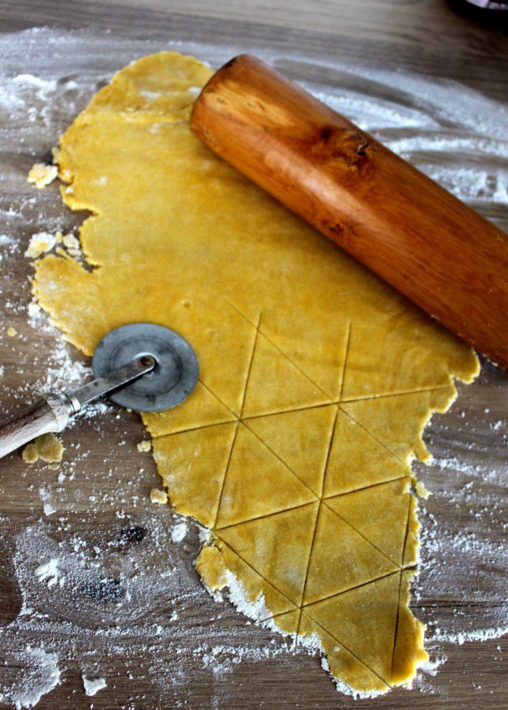 Pâte a nachos étalée et découpée en triangle.