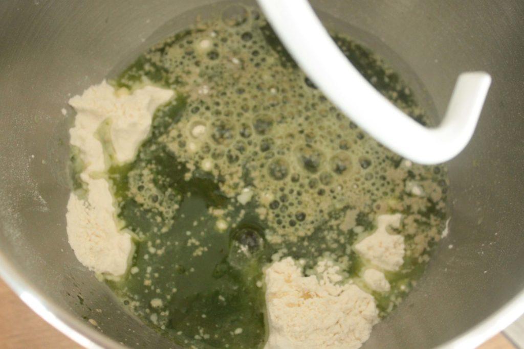Le mélange non pétri pour la pâte du bun vert au basilic