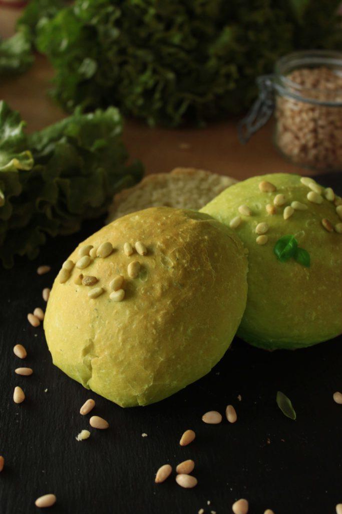 Les buns ou pain à hamburger vert au basilic cuits et prêt à être mangé