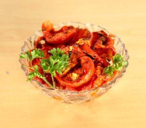 Tomates séchées et marinées dans un bol avec du persil