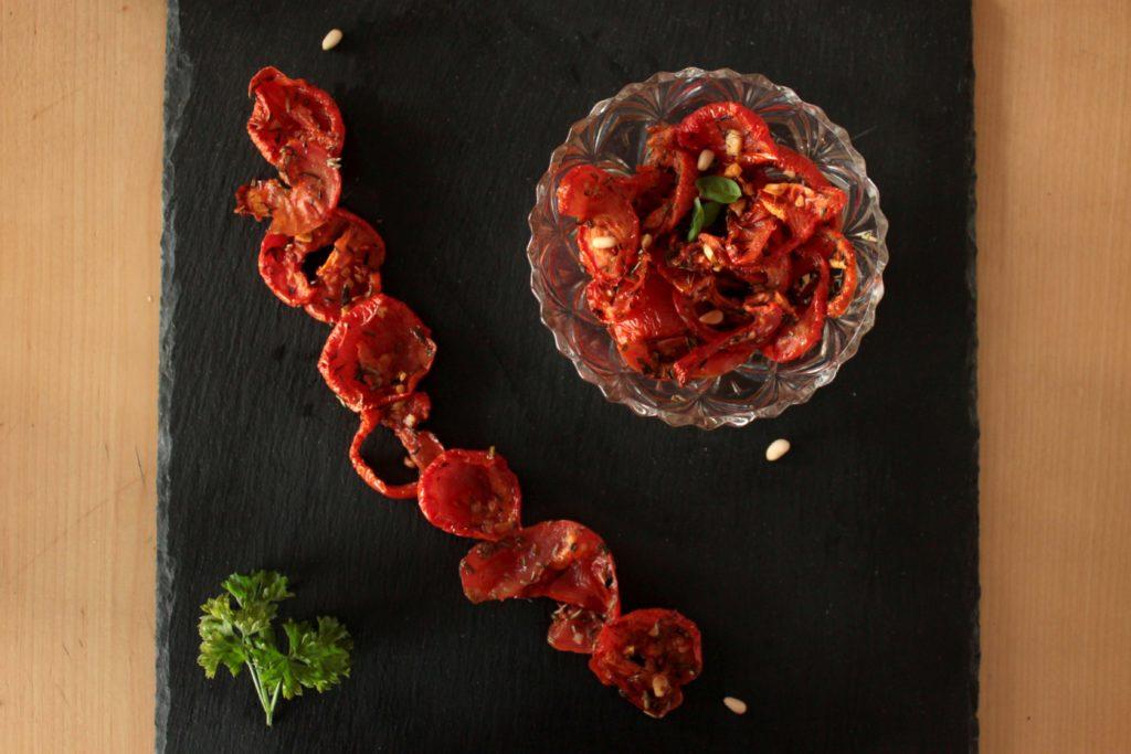 Tomates marinées et séchées vu du dessus en composition