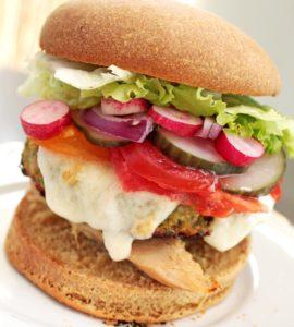 Burger diet avec des radis et du poulet