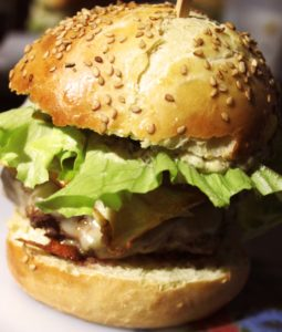 Hamburger avec du fromage fondant sur un steak haché de canard juteux
