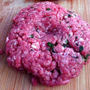 Un steak au basilic prêt pour le burger