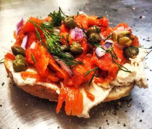 Un tartine avec des carotte de saumon fumé végétal, des câpres et de l'aneth