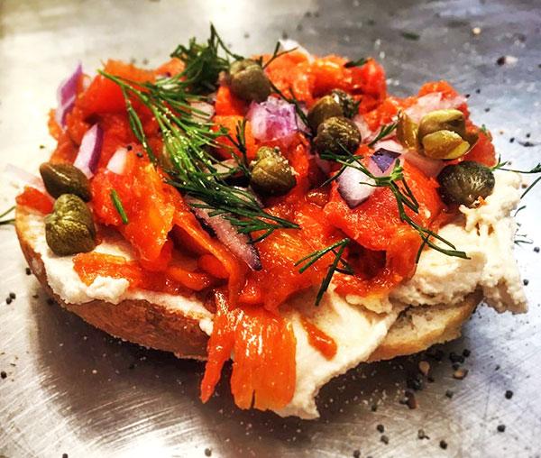 Un tartine avec des carotte de saumon végétal, des câpres et de l'aneth