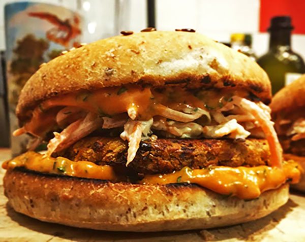 Un burger végétal d'hiver avec du coleslaw et une galette de légume