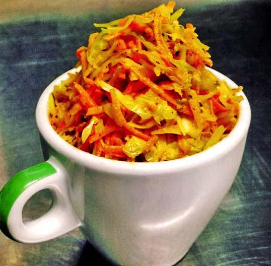 Un coleslaw végan avec du choux, des carotte et de la myonnaise végétale