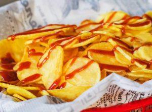 Des chips de pomme de terre maison avec du ketchup