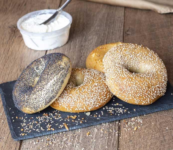 pain a bagel vegan avec un pot de cream cheese sans lait