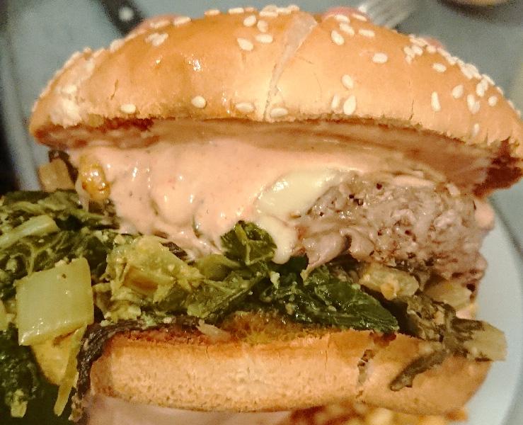 دستور تهیه همبرگر خردل سوئیسی با استیک گوشت گاو و پنیر